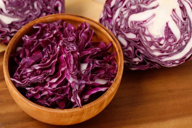 紫キャベツは、サラダを作る準備ができている木製のボウルに入っています。