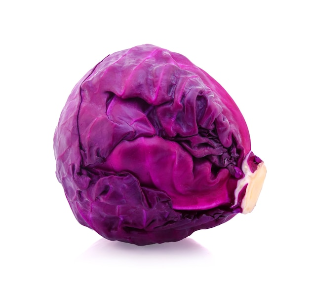 Фиолетовая капуста, изолированные на белом фоне