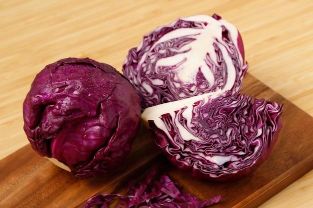 キッチンで調理する準備ができている紫キャベツ