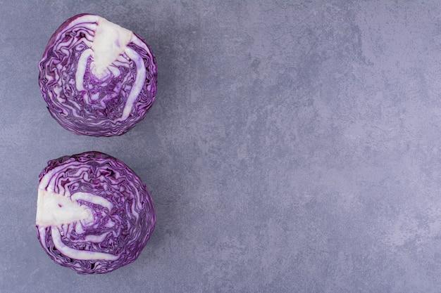 Cavoli viola isolati su superficie blu