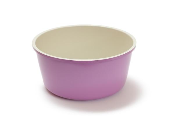 白い孤立した背景に紫のセラミック調理キッチン鍋。