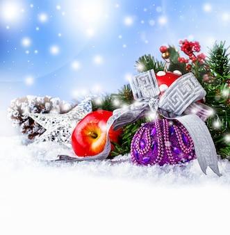 Фиолетовый рождественский бал wirt серебряной лентой и украшением.