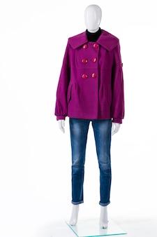 청바지에 보라색 코트. 청바지와 코트를 입은 마네킹. 가을을 위한 플리스 아우터. 레이디의 새 코트가 전시되어 있습니다.