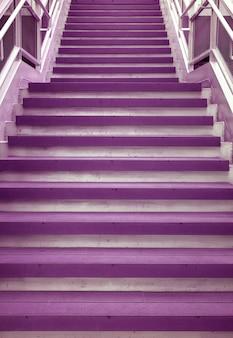 モダンな建物の紫色の空の階段