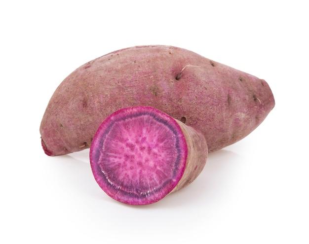 Фиолетовый цветной сладкий картофель на изолированные на белом фоне