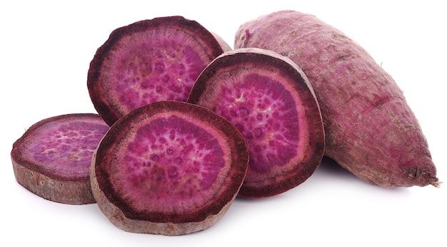 白い背景に紫色の甘いジャガイモ