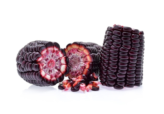 白い背景の上の紫色のトウモロコシ