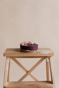 밝은 배경에 보라색 디저트입니다. 꽃 장식 케이크. 내추럴 디저트