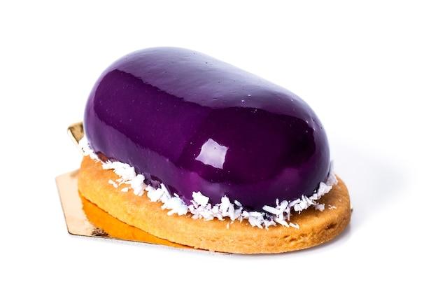 ココスとブルーベリージャムの紫のデザート。ノーカット