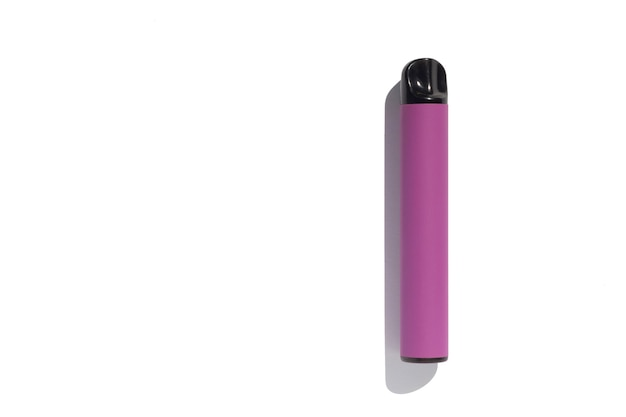 Фиолетовая одноразовая электронная сигарета на белом фоне
