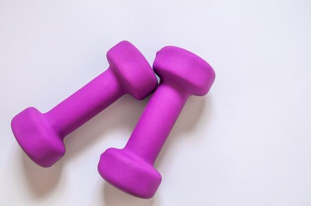 Фиолетовый гантели, фитнес-концепция, изолированных на белом фоне, фитнес-концепция, изолированных на белом фоне, спорт, body building. концепция здорового образа жизни, спорта и диеты. спортивное оборудование. копирование пространства