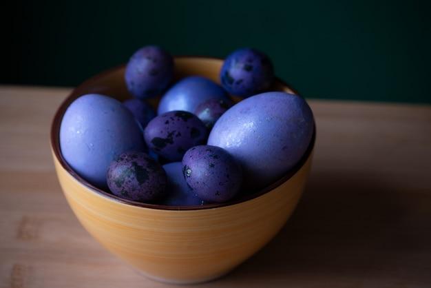 かごの中の紫色のイースターエッグ