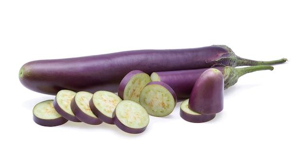 白い背景の上の紫色のナス