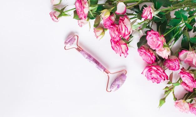 핑크 장미와 흰색 바탕에 보라색 얼굴 롤러
