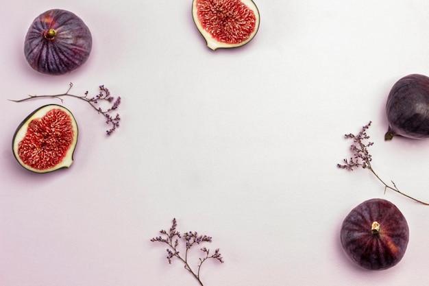ピンクの紫色のイチジク。スペースをコピーします。食品の背景。フラットレイ