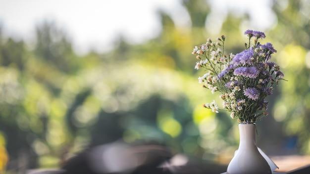 꽃병에 보라색 꽃