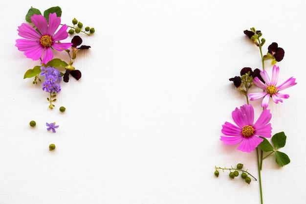 紫の花コスモスアレンジメントフラットレイポストカードスタイル