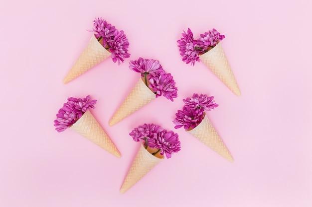 Фиолетовые цветы в вафельных конусах