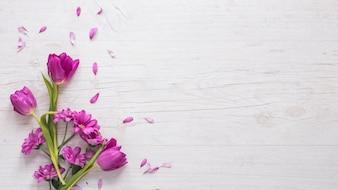 テーブルの上の花びらと紫の花