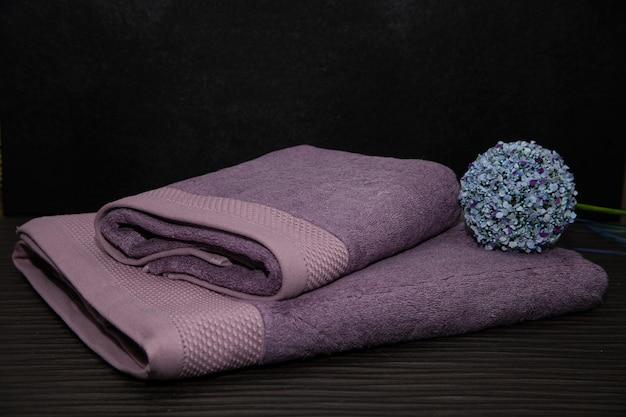 美容とスパサロンのための紫色のふわふわタオル。
