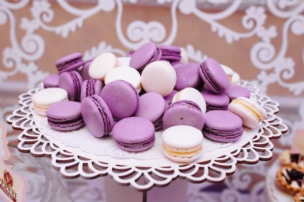 Фиолетовые французские миндальные печенья