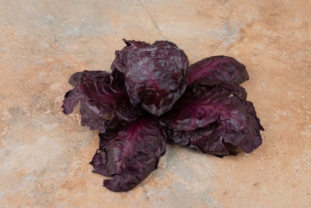 大理石の紫色の新鮮なキャベツ。