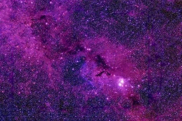 깊은 공간에 보라색 은하입니다. 이 이미지의 요소는 nasa에서 제공했습니다. 어떤 목적을 위해.