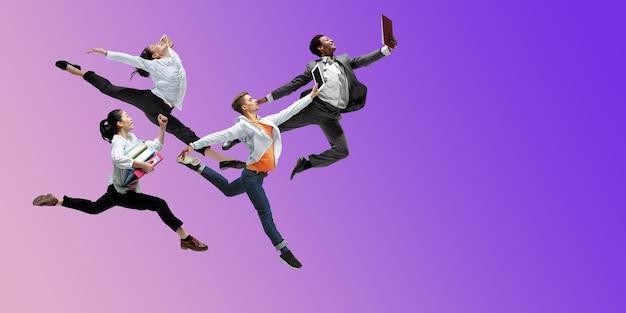 보라색. 행복한 사무실 직원들은 그라데이션 네온 유체 배경에서 격리된 캐주얼 옷이나 정장을 입고 점프하고 춤을 춥니다. 비즈니스, 시작, 작업 열린 공간, 모션, 액션 개념. 창의적인 콜라주.