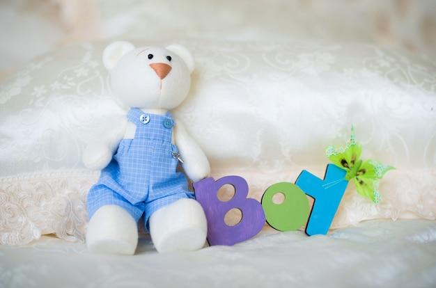 아이와 장난감 토끼의 비문이있는 보라색 니트 아기 양말.