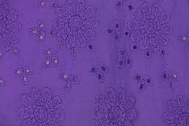Фиолетовый фон кружевной ткани, белая кружевная ткань