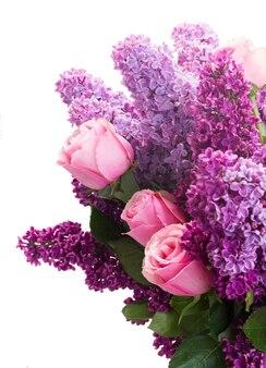Фиолетовые цветы сирени с розовыми розами, изолированные на белом фоне