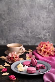 紫のマカロンまたはマカロンケーキとコーヒー