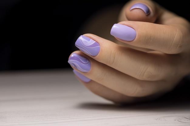 Фиолетовая ухоженная рука