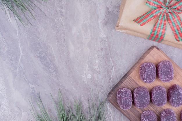 Marmellate viola sul piatto di legno su marmo.
