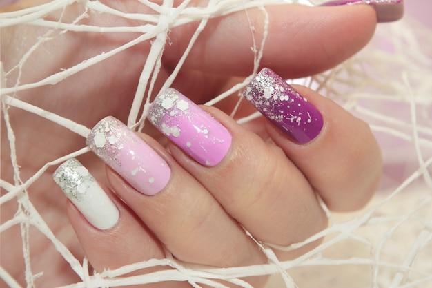 Фиолетовый разноцветный дизайн ногтей с блестками