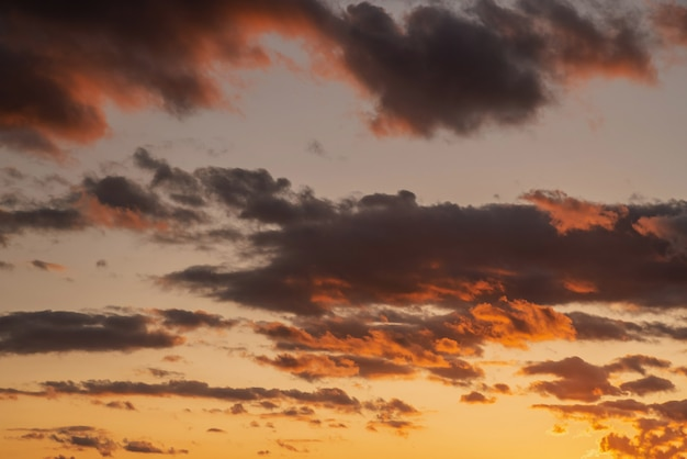 일몰 시간에 흐린 하늘의 보라색 주황색 노란색 색상