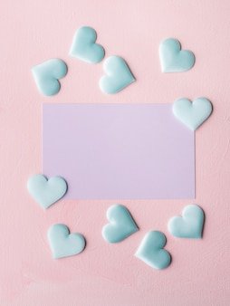 パープルパステルカードとピンクのテクスチャ背景の心