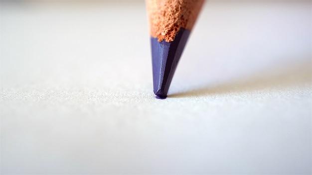 보라색 연필은 흰 종이에 그립니다.