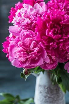 瓶の中の紫色の牡丹の花の花束