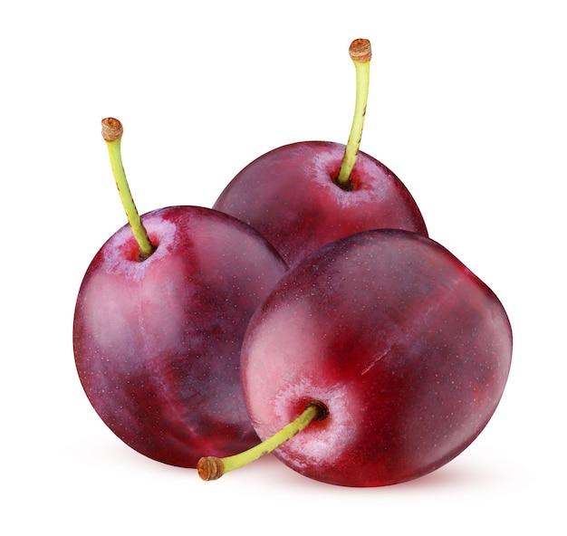 Фиолетовые сливы изолированы. три целые ягоды с плодоножками. пучок, горсть спелых слив.