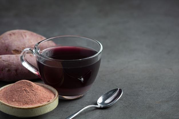 Фиолетовый картофельный чай на столе