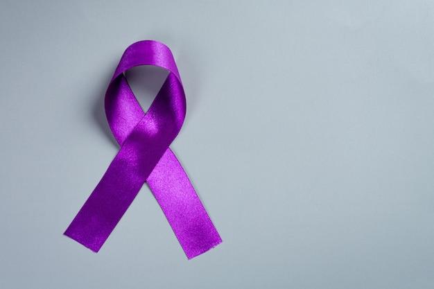 木の表面に紫色のリボン。
