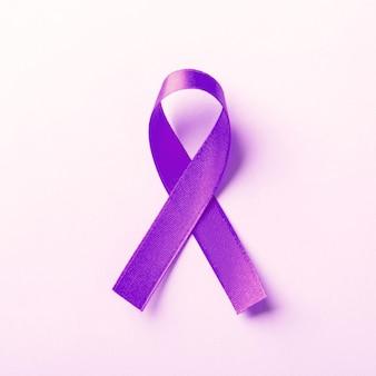Фиолетовая лента - символ осведомленности о раке поджелудочной железы
