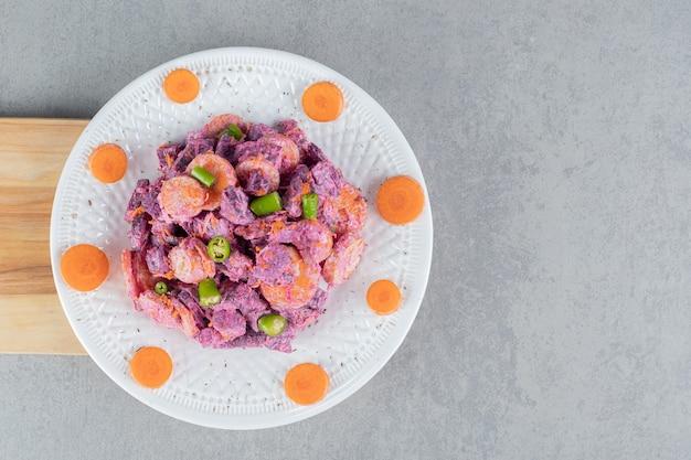 Insalata viola con carote, peperoncino verde e barbabietole