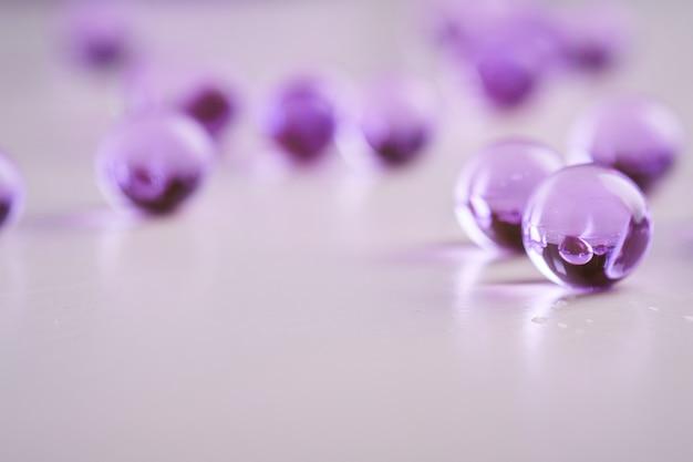 Фиолетовый разбросанный мрамор на белой поверхности