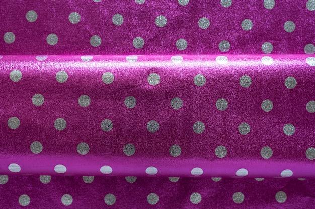紫色の光沢のある包装紙、水玉模様、折り目付き。ギフト包装用壁紙、壁紙。スタイリッシュな光沢のある質感