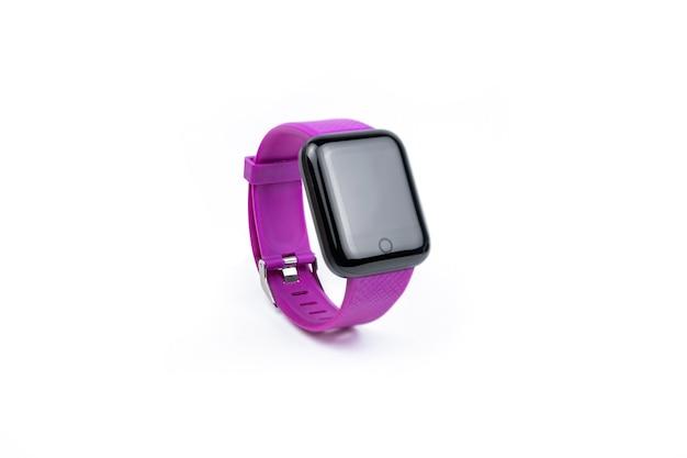 白い背景に分離された紫のスマートな時計