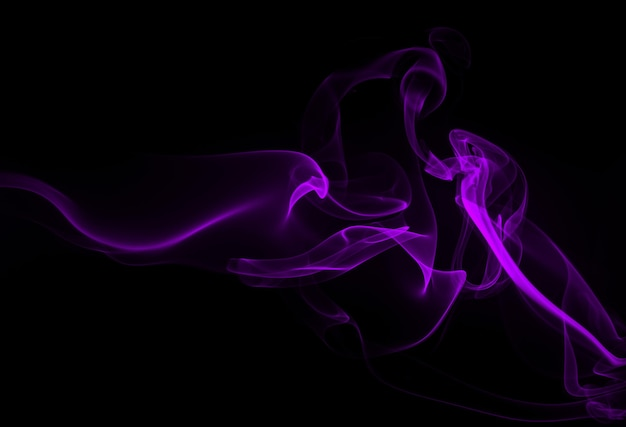 Фиолетовый дым аннотация на черном фоне, концепция тьмы