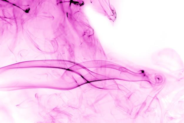 白い背景の上の紫の煙