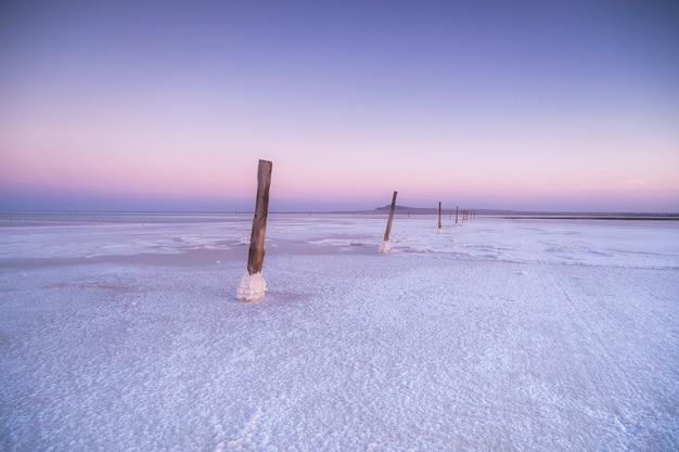 塩の湖に紫の夕日。海にピンクの夕日。